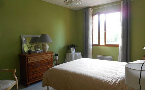Villa en demi niveau : chambre avec placard
