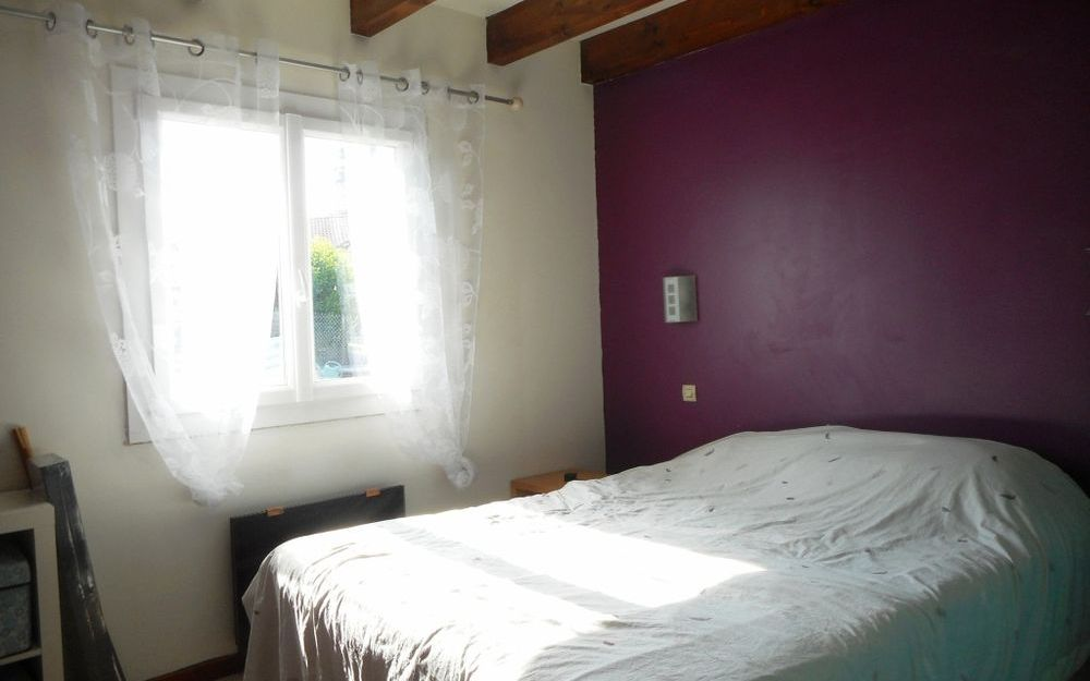 villa : chambre rez de chaussée environ 11m² avec placard mural