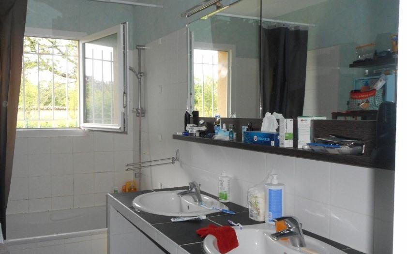villa de plain pied : salle de bains