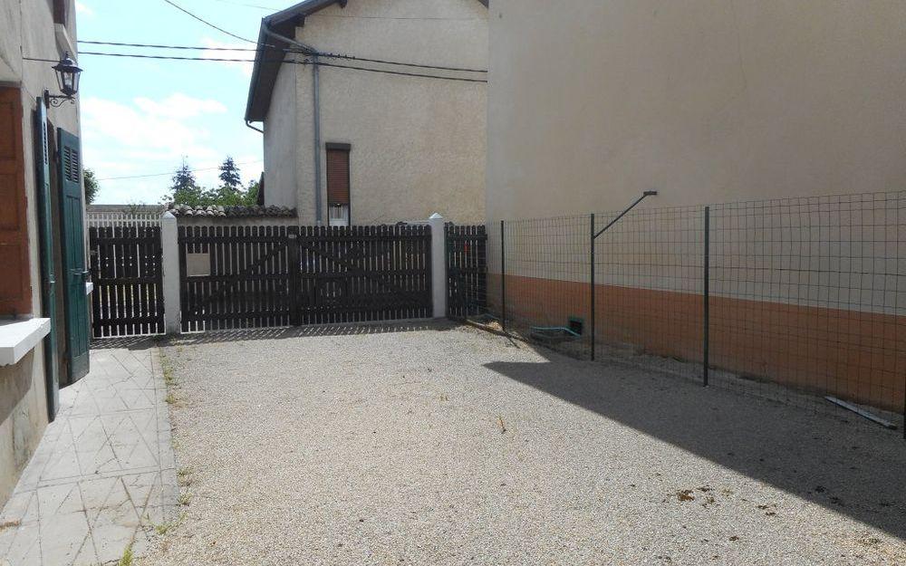 Maison Ancienne : une cour clos avec portail
