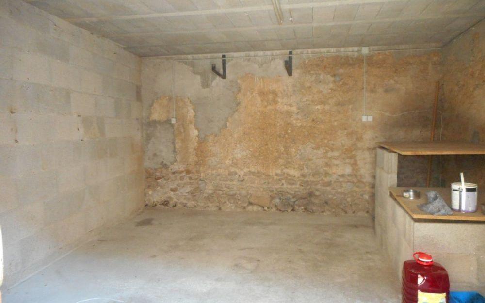 Maison Ancienne : un garage avec accès cave en pierre