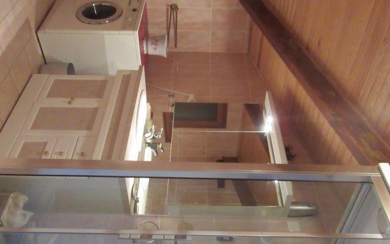 Maison : salle d'eau   de la  chambre au rez de chaussée