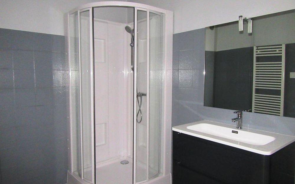 MAISON DE VILLAGE : une salle d'eau spacieuse au rez de chaussée