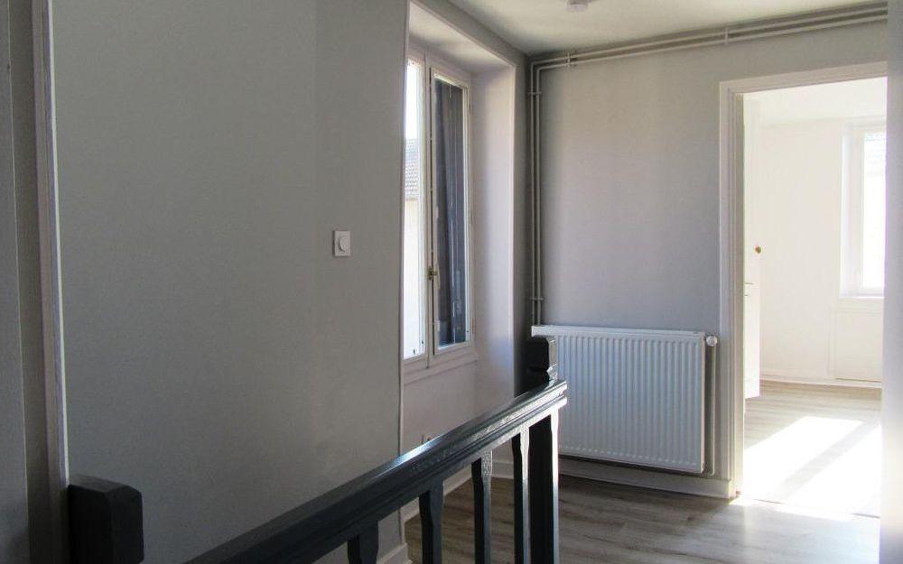 MAISON DE VILLAGE : palier etage
