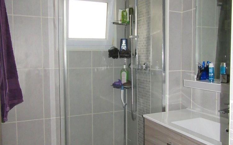 appartement de type 4 : Une salle d'eau d'une surface de 3.84 m²