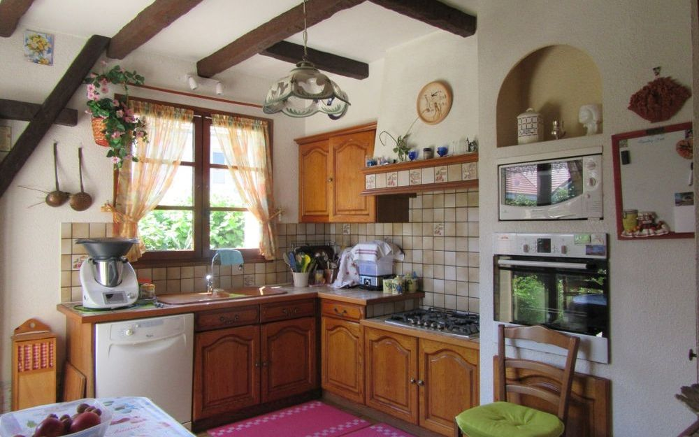 villa : cuisine equipée avec porte fenetre
