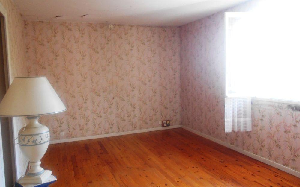Maison ancienne avec dependance : une chambre