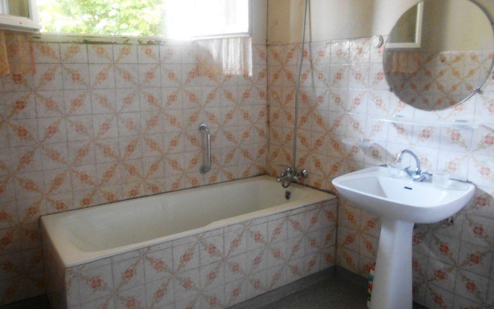 Maison ancienne avec dependance : une salle de bains
