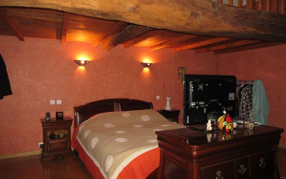 maison en pierre : chambre avec sa mezzanine et sa  baignoire