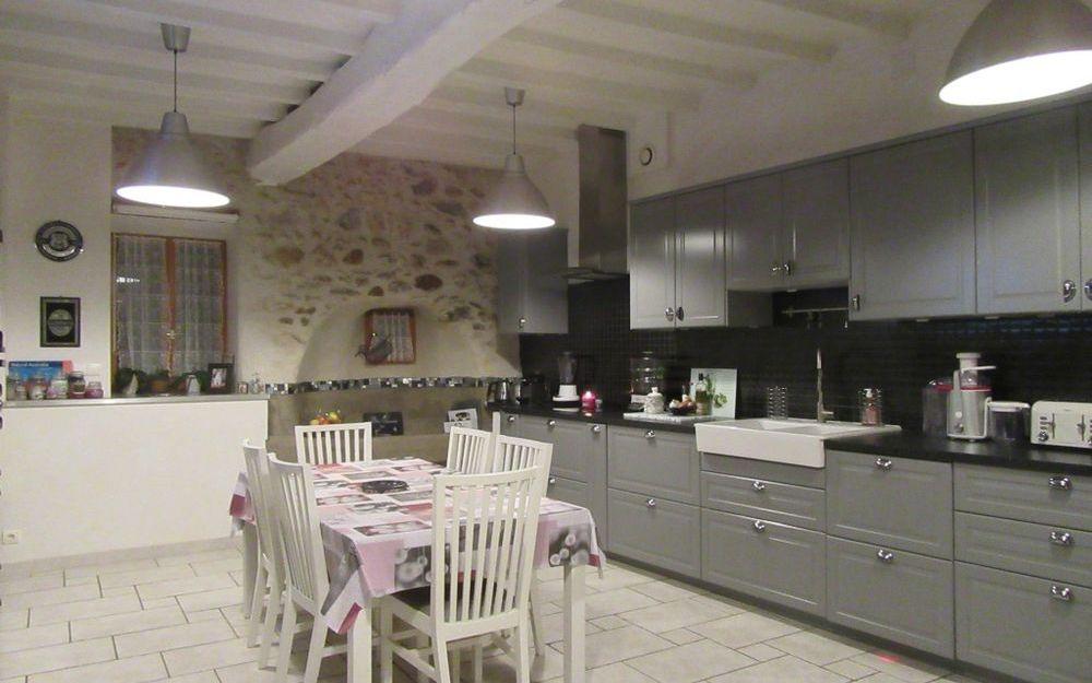 maison en pierre : spacieuse cuisine equipée