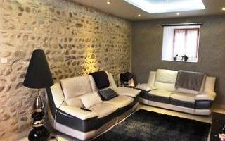 maison en pierre : chaleureux salon