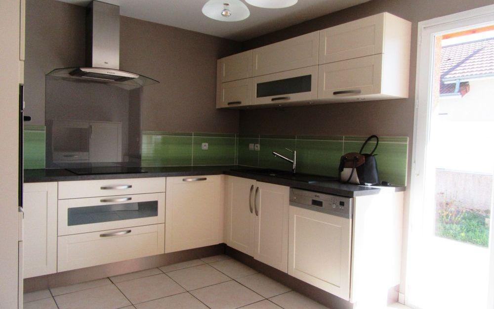 villa  de plain pied : cuisine équipée  d'une surface d'environ 12,61 M²