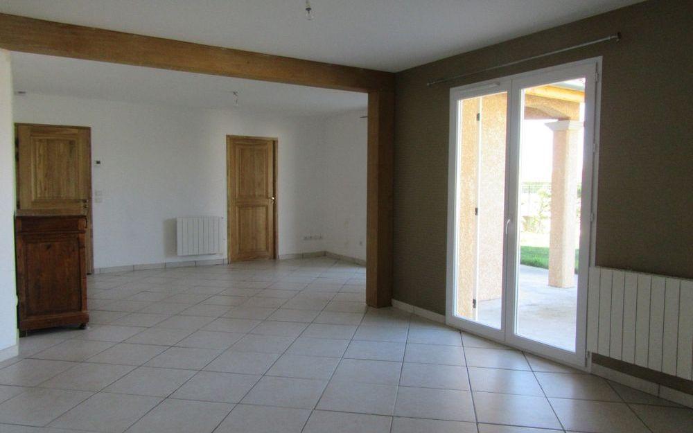 villa  de plain pied : sejour salon d'une surface d'environ 40 M²
