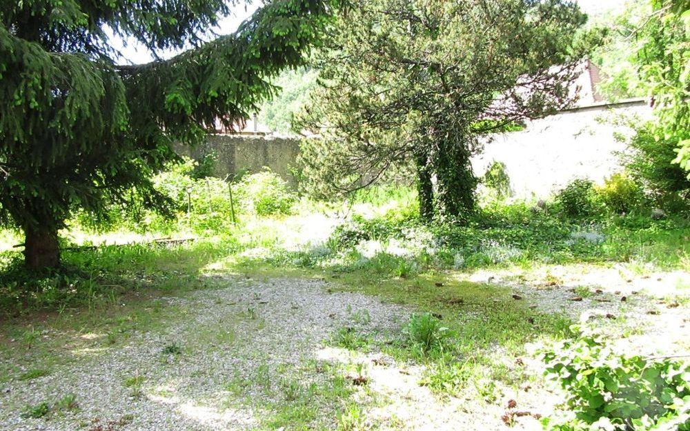Maison ancienne : le jardin clos et arbore