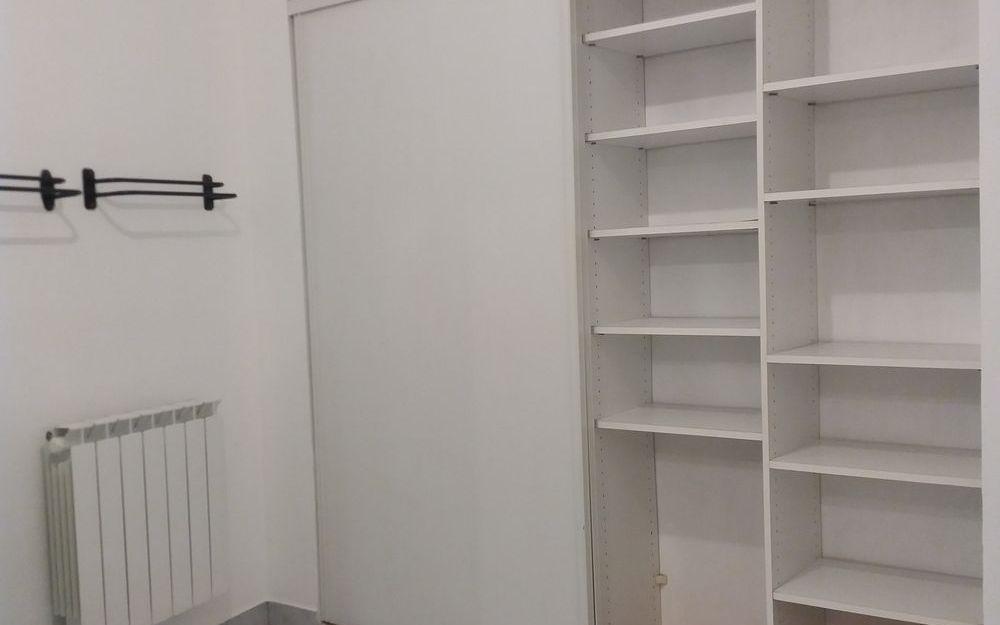 appartement de type 4 : SALLE DE BAINS AVEC RANGEMENTS