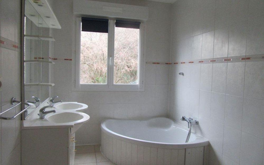 Villa avec sous-sol : salle de bains