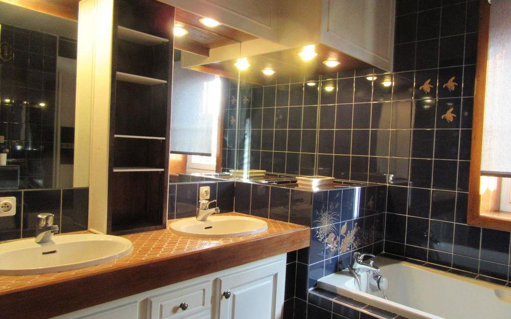 appartement de type 4 : salle de bains  double vasque , baignoire et douche