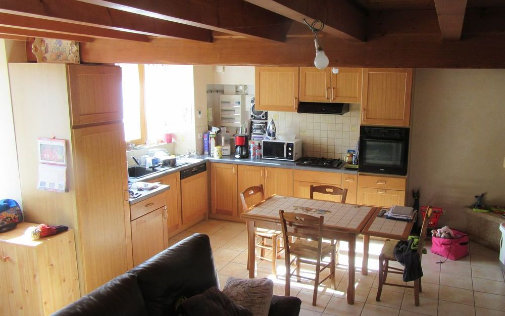 maison mitoyenne : cuisine equipée ouverte sur sejour salon surface 30 M²