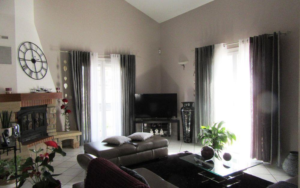 VILLA : espace salon avec sa cheminee