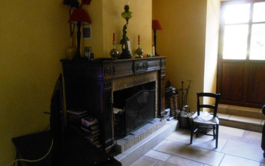 MAISON ANCIENNE RENOVEE : salon avec sa cheminee ouverte