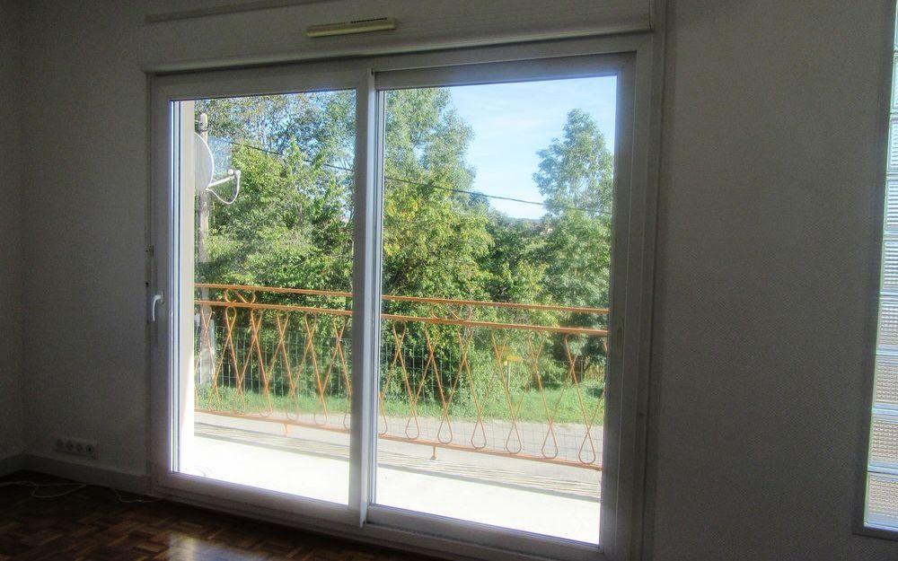 Maison avec balcon : séjour-salon