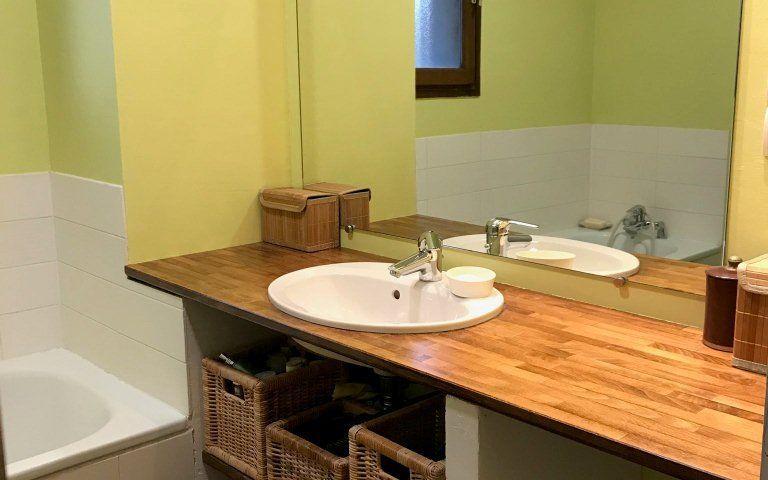 Villa : une salle de bains avec baignoire et douche