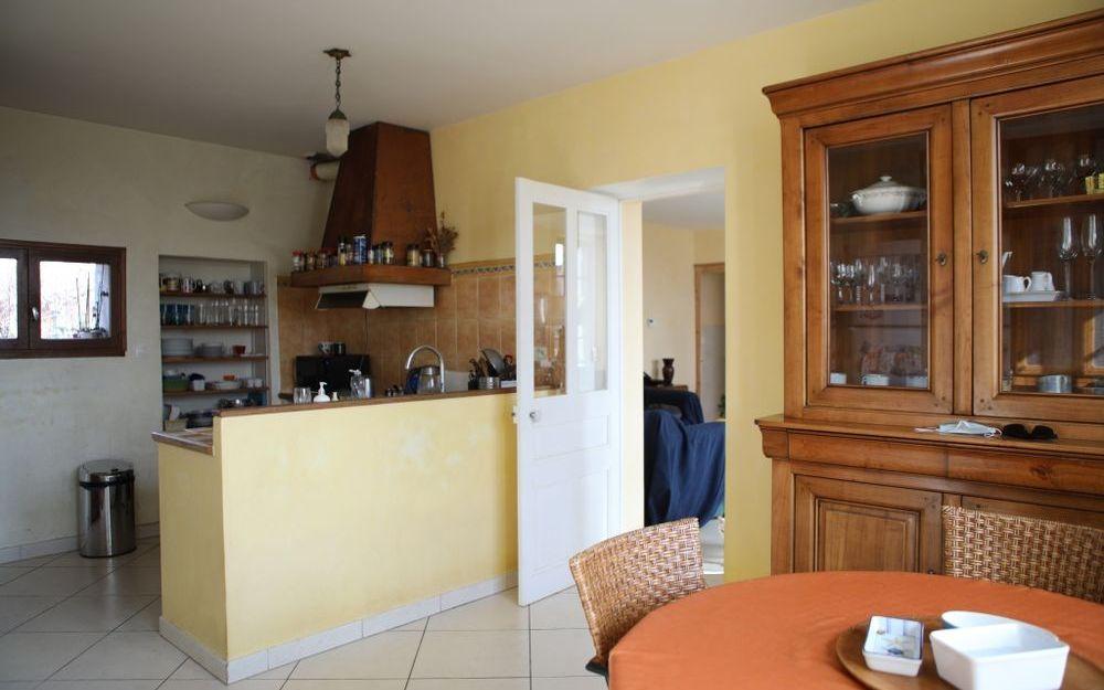 Maison ancienne : cuisine avec son espace repas