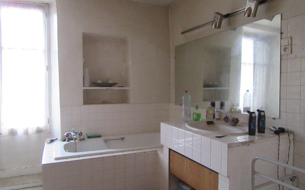 maison a renover : une salle de baains